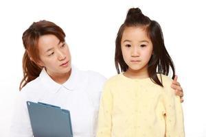 verpleegster praat met een kindpatiënt foto
