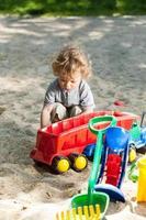 kind plezier op de speelplaats foto
