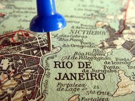 close-up van wereldkaart ingezoomd op rio de janeiro met een speld foto