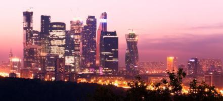 Moskou wolkenkrabbers schemering foto