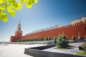 lange kremlin muurweergave met spasskaya-toren foto