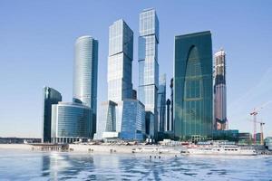 uitzicht op nieuwe gebouwen van de stad Moskou in de winter foto