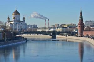 Moskou rivier, kremlin en kathedraal van Christus de Verlosser. foto