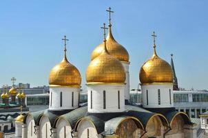 koepels van de veronderstelling kathedraal van het kremlin van moskou foto