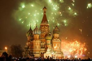 vuurwerk boven het kremlin van moskou op nieuwjaar 2015