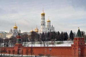 het kremlin van moskou na sneeuwval tijdens een koude dag foto