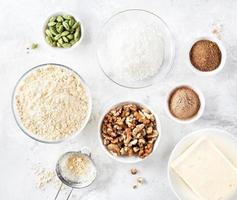ingrediënten van Indiase snoepjes besan ladoo foto