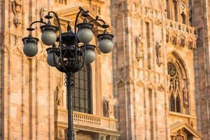 lamp bij duomo van milaan foto