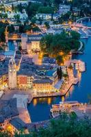 Gardameer, stad Riva del Garda, Italië (blauw uur)