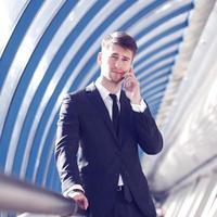 zakenman praten over de telefoon