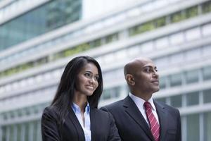 Indiase zaken man en vrouw in een moderne stedelijke omgeving. foto