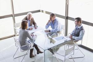 mensen uit het bedrijfsleven praten in vergadering foto