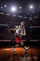 rode basketbalspeler in actie foto
