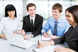 mensen uit het bedrijfsleven werken tijdens vergadering foto