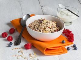ontbijtgranen met yoghurt en fruit op hout foto