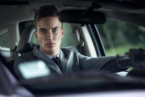 elegantie stijlvolle mannen in de auto foto