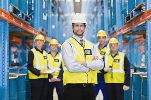 werknemers staan in magazijn foto