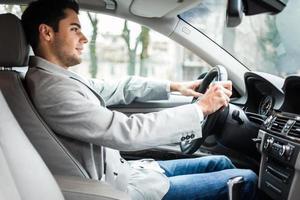 een man op de bestuurdersstoel van een auto foto