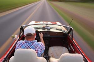 wazig motion shot van man converteerbare rijden