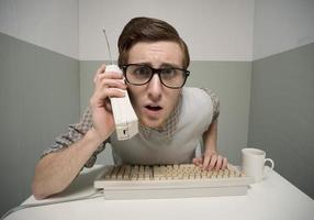 nerd man aan de telefoon