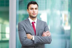 portret van een knappe zakenman buiten foto