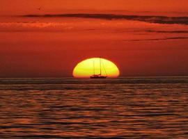 zeilboot bij zonsondergang foto
