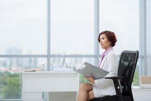 nadenkend vrouwelijke ondernemer foto