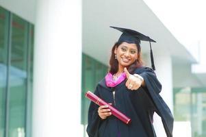 Indiase vrouwelijke afgestudeerde