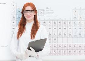 mooie vrouwelijke chemicus foto