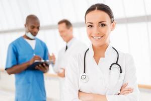 zelfverzekerde vrouwelijke arts. foto