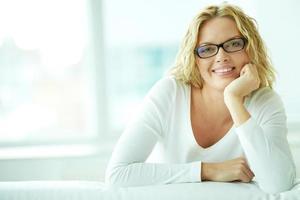vrouw in brillen
