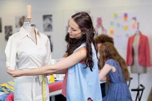 zelfverzekerde vrouwelijke modeontwerper foto