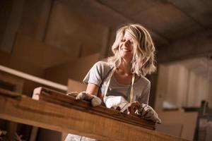 vrouwelijke carpeentere op het werk foto