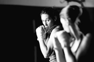 jonge vrouwelijke bokser training foto