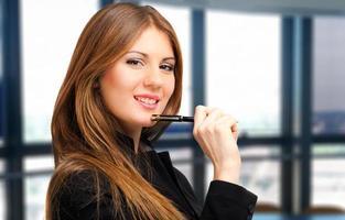 lachende jonge vrouwelijke manager foto
