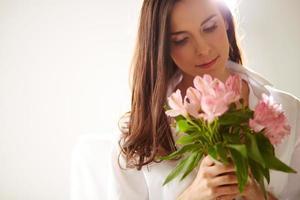 vrouwtje met roze bloemen foto