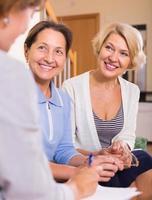 vrouwelijke gepensioneerden met notaris