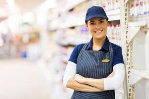 vrouwelijke supermarkt winkelbediende foto