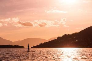 jonge vrouw peddelt een paddleboard