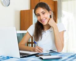 gelukkig vrouwelijke student studie foto