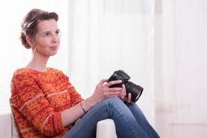 vrouwelijke fotograaf zitten in een leunstoel