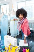 vrouwelijke modeontwerper op het werk foto
