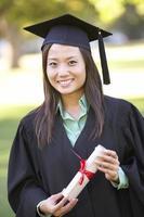 vrouwelijke student die diploma-uitreiking bijwoont foto