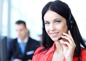 vrouwelijke klantenondersteuningsexploitant met hoofdtelefoon foto