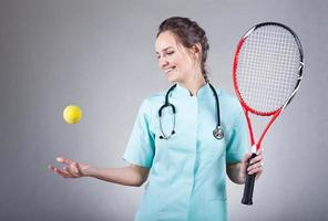 vrouwelijke arts met een tennisracket
