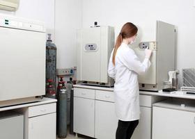vrouwelijke onderzoeker die in het laboratorium werkt foto