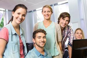 gelukkige vrouwelijke computerleraar en studenten
