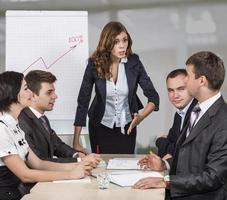 energieke vrouwelijke manager instrueert haar team foto