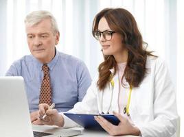 vrouwelijke arts met haar oude patiënt foto