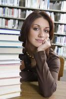 vrouwelijke universitaire student in bibliotheek, portret foto